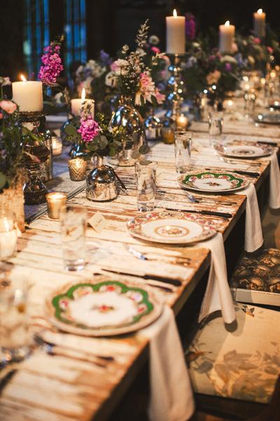 mesa-adornada-con-flores