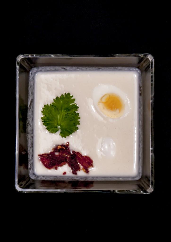 ajoblanco-de-melon-con-huevos-de-codorniz-y-crujiente-de-jamon