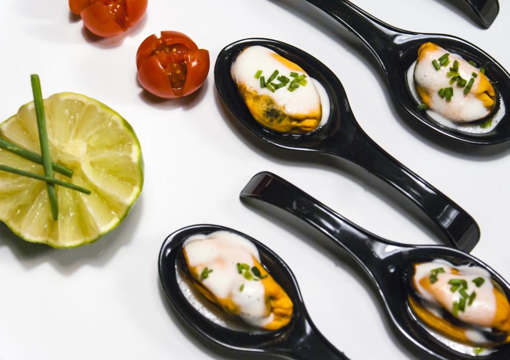 cucharita-de-mejillon-gallego-con-gazpachuelo-de-su-fumet-negra-i