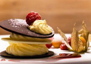Gratia Catering - Milhojas dos chocolates con mousse de mango y frambuesas naturales